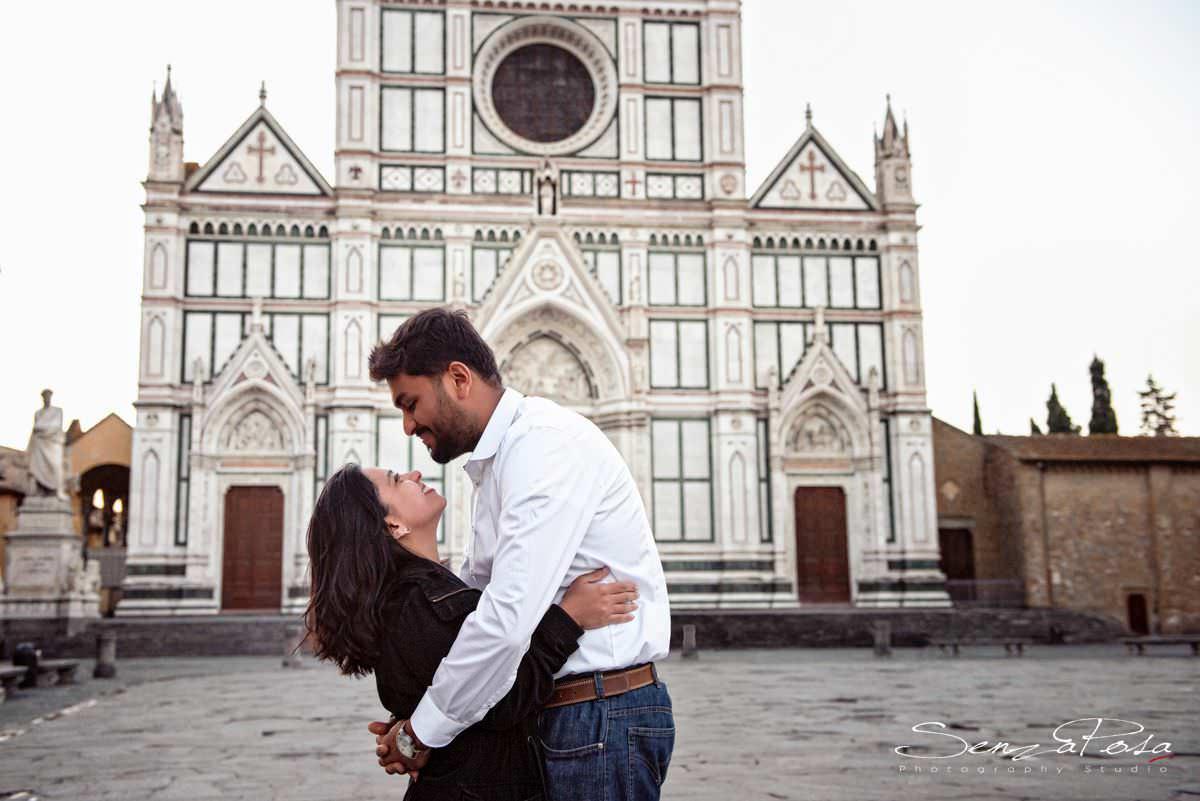 piazza santa croce a Firenze, coppia di sposi in viaggio di nozze